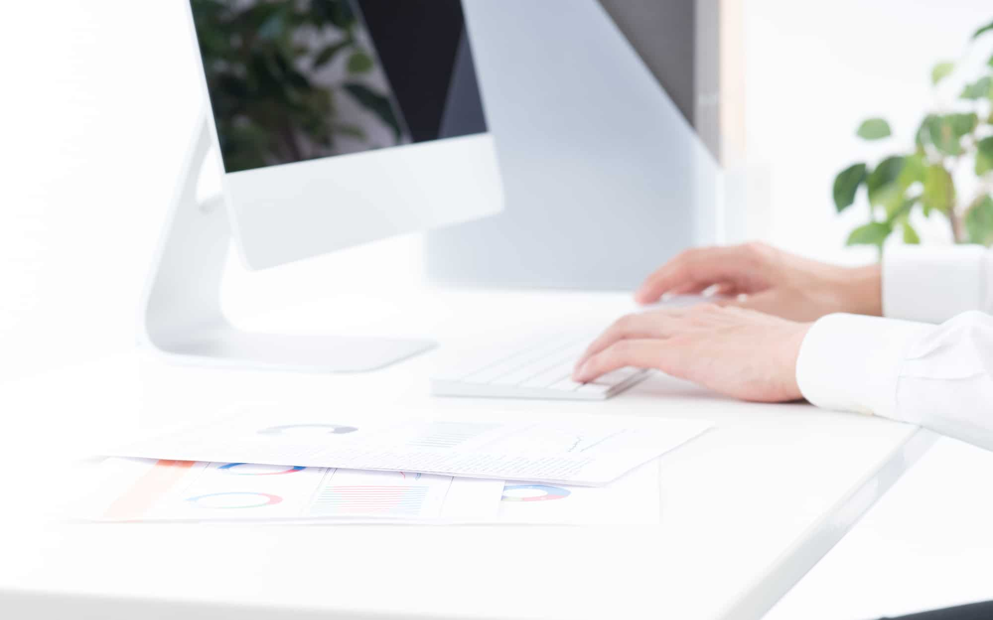 パソコンを操作している男性