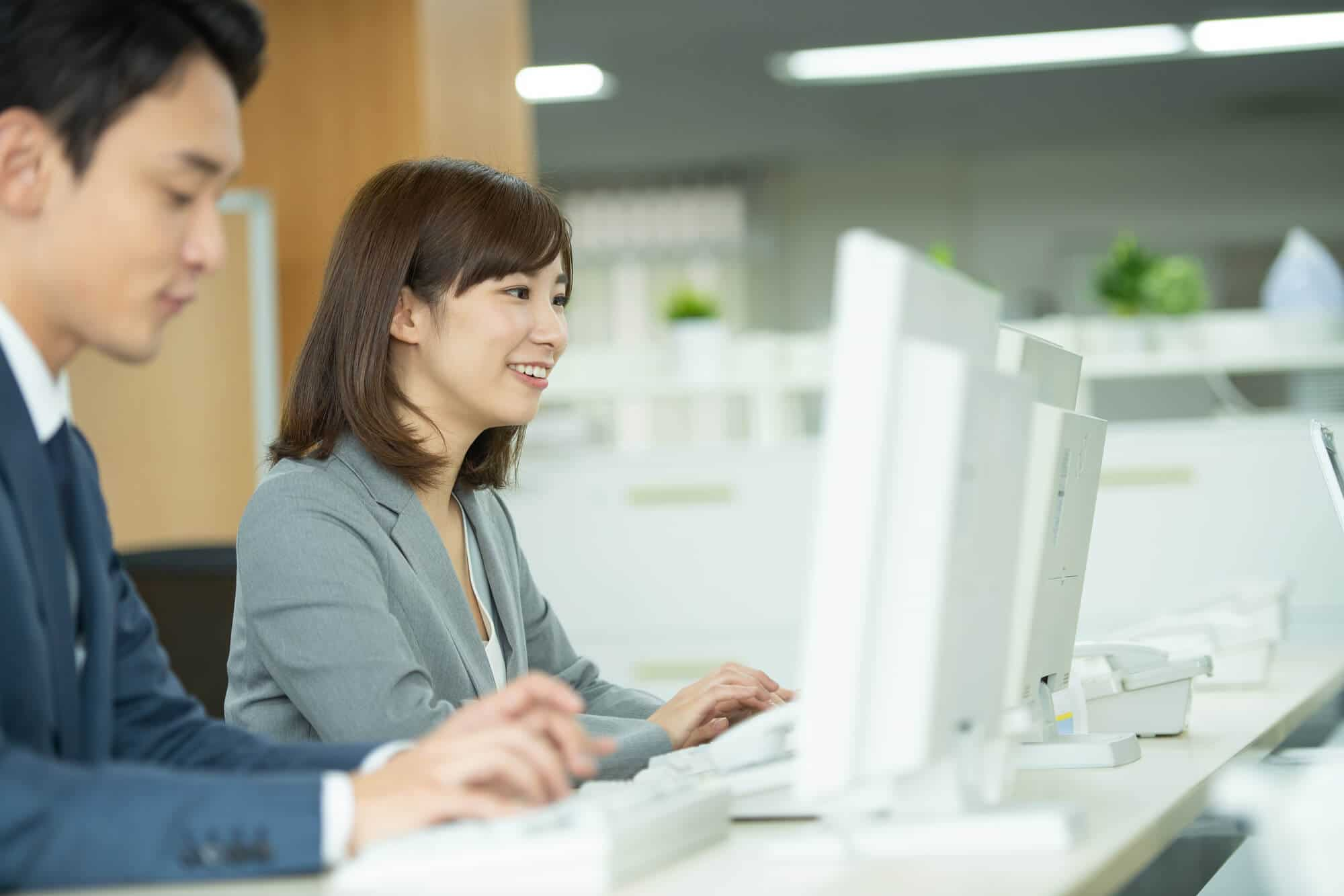 パソコンを操作する男性と女性