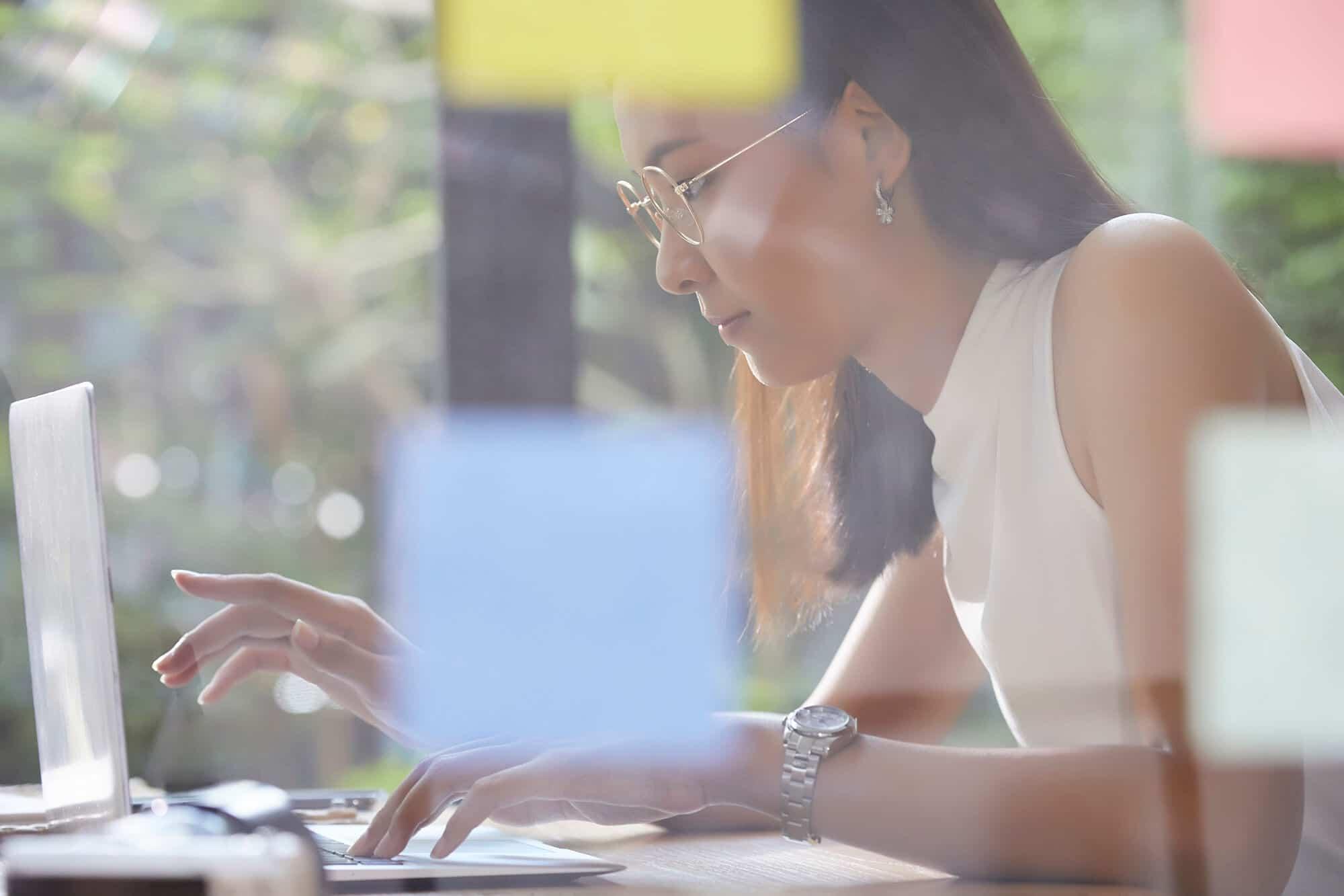 パソコンを操作している女性