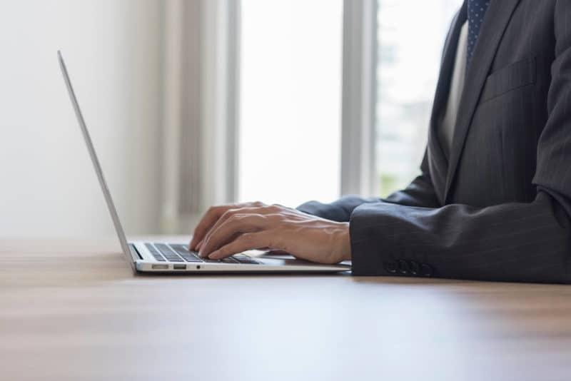 パソコンを操作している手